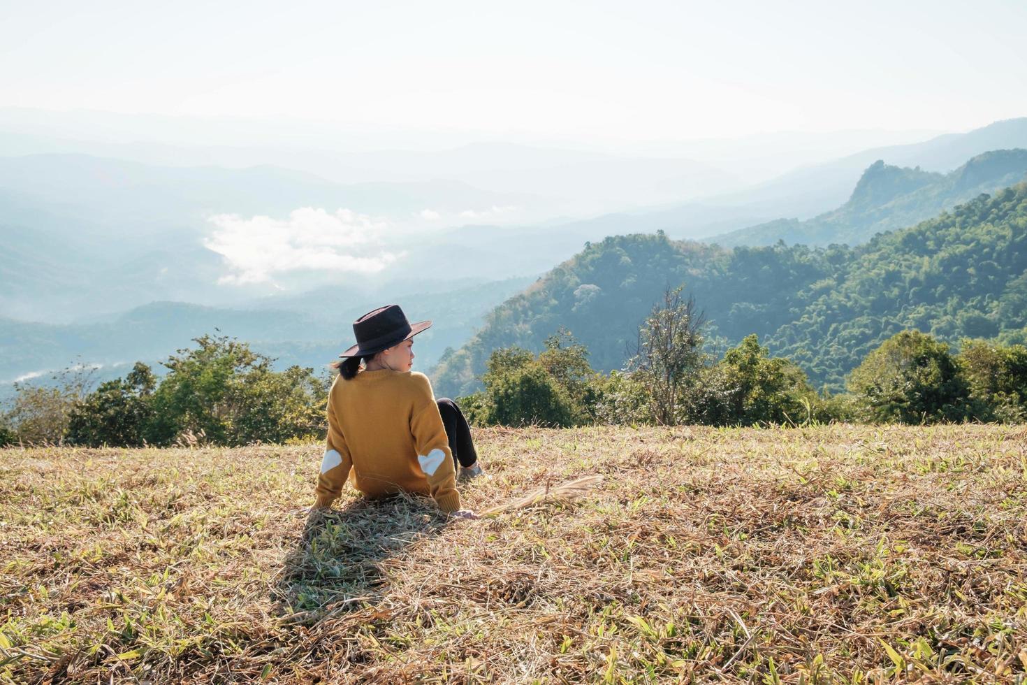 vrouw zitten en genieten van het uitzicht foto