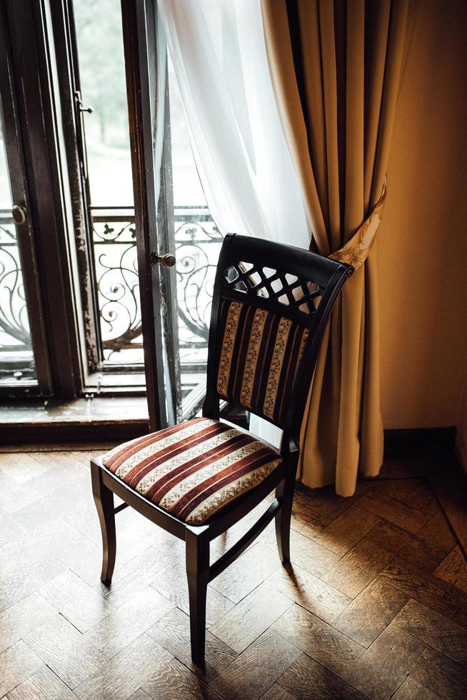 oude vintage stoel op eikenhouten vloer foto