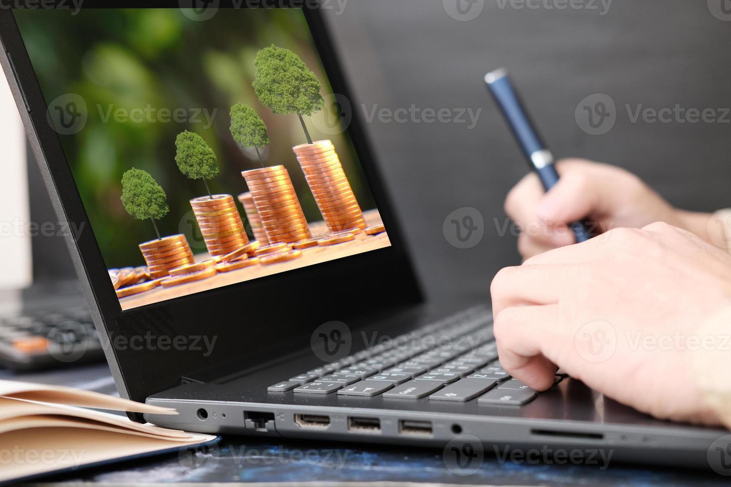 zakenman hand bezig met laptopcomputer en werkte thuis concept foto