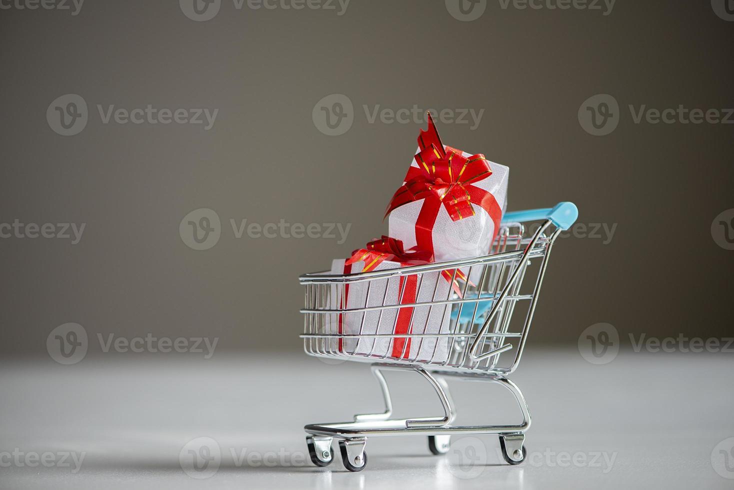 winkelwagentje met een geschenkdoos foto