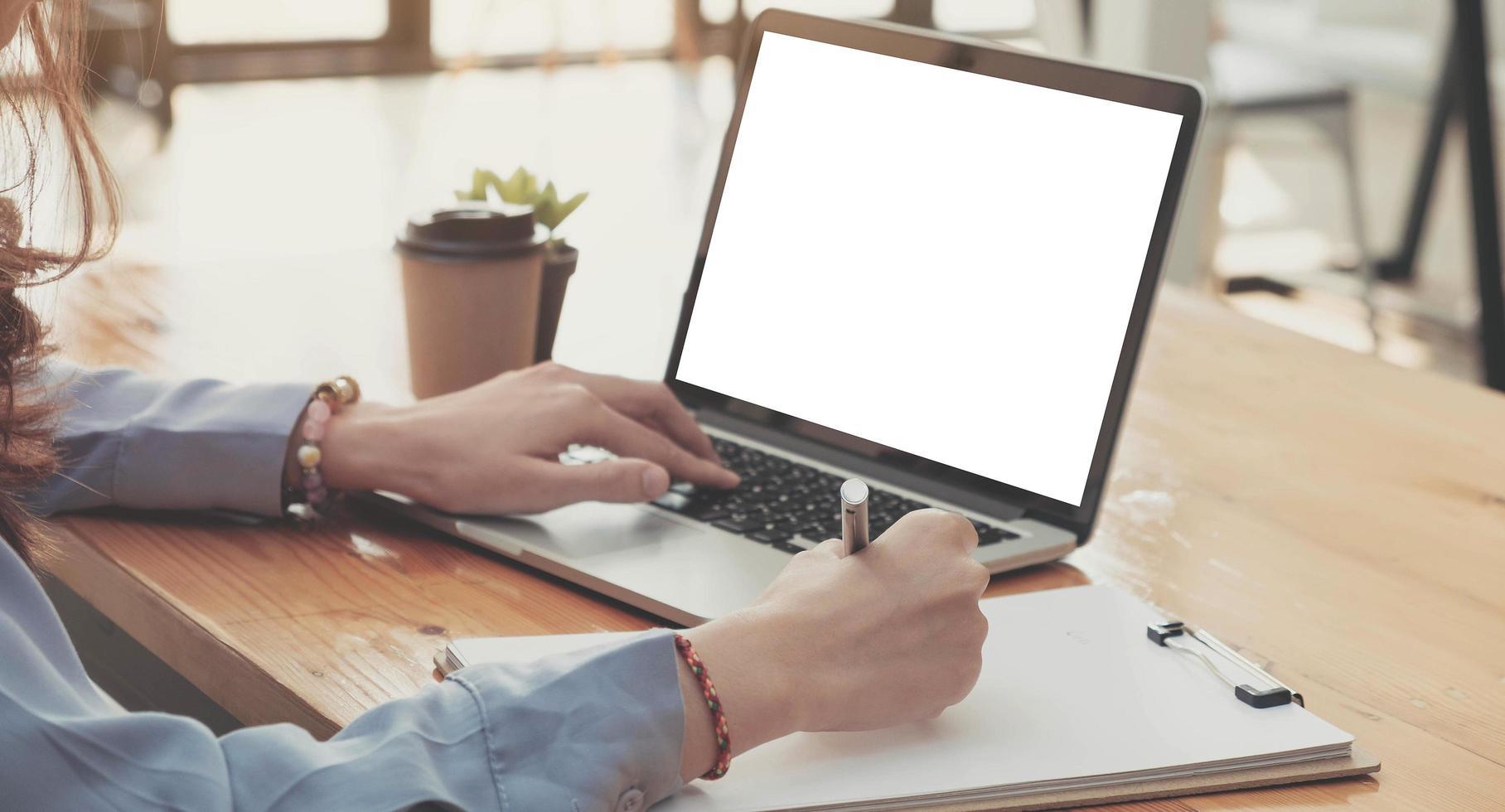persoon die een laptopmodel gebruikt foto
