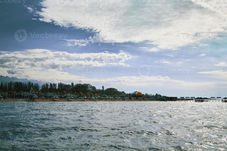 ligstoelen en parasols aan de kust foto