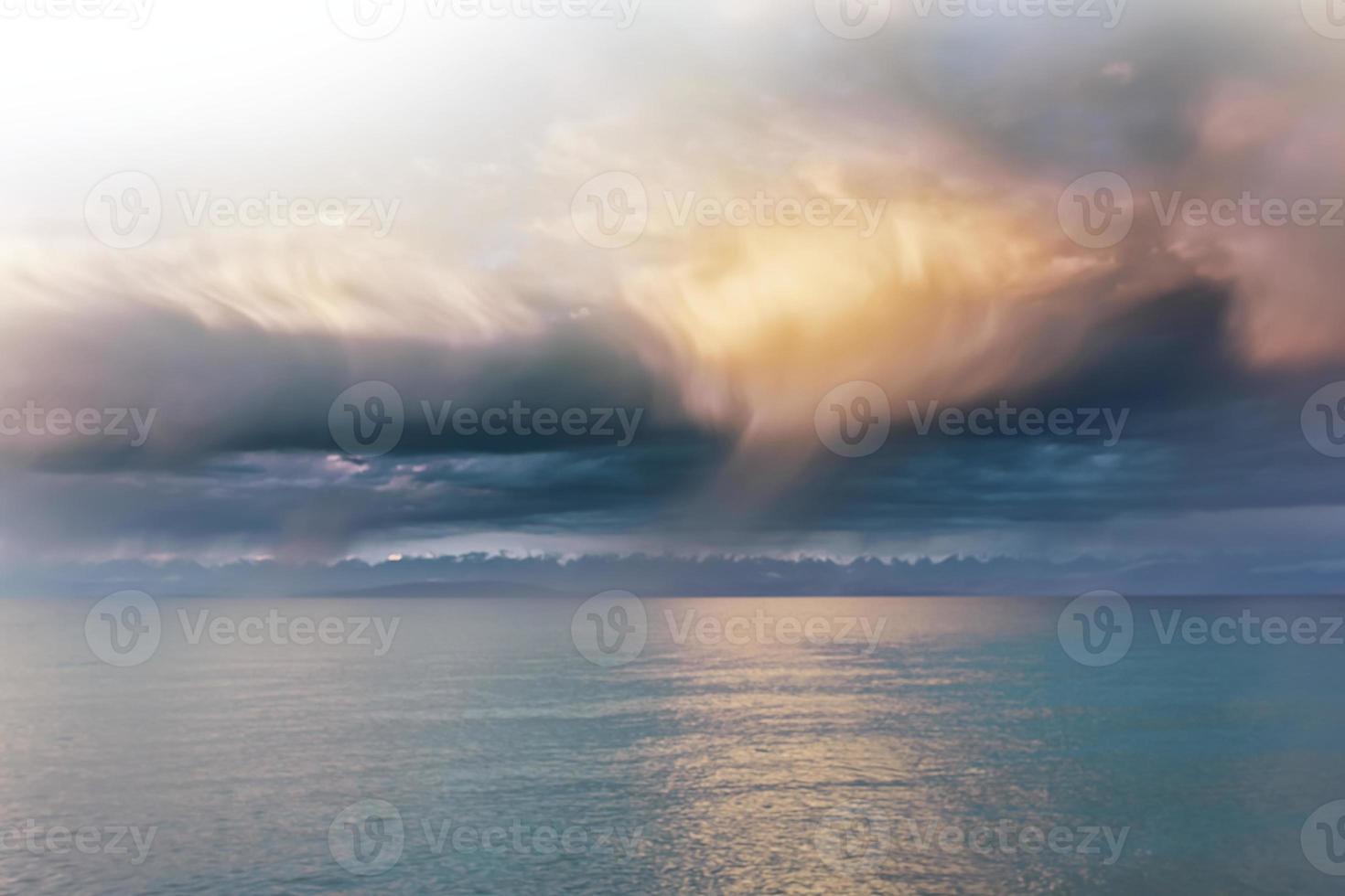 mooie wolken boven de zee foto