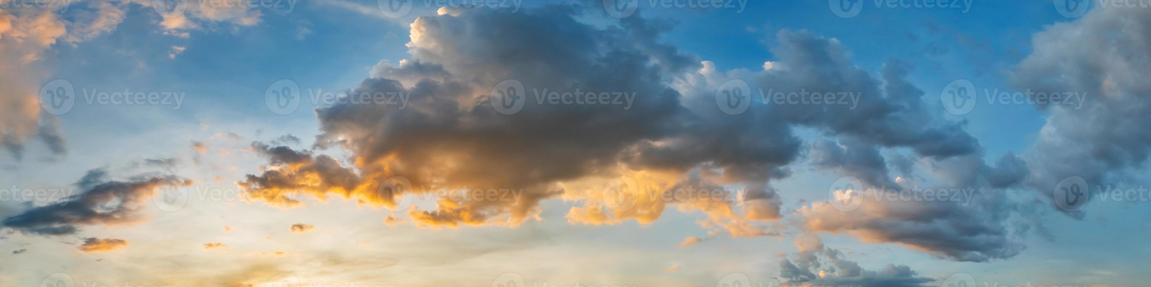 dramatische panoramahemel met wolk op zonsopgang en zonsondergangtijd. panoramisch beeld. foto