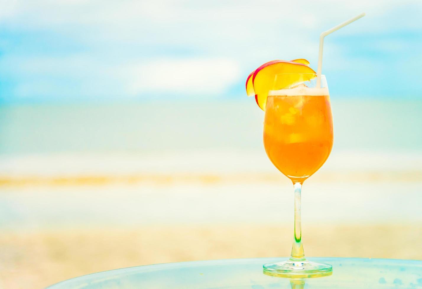 iced mocktails glas op het strand foto