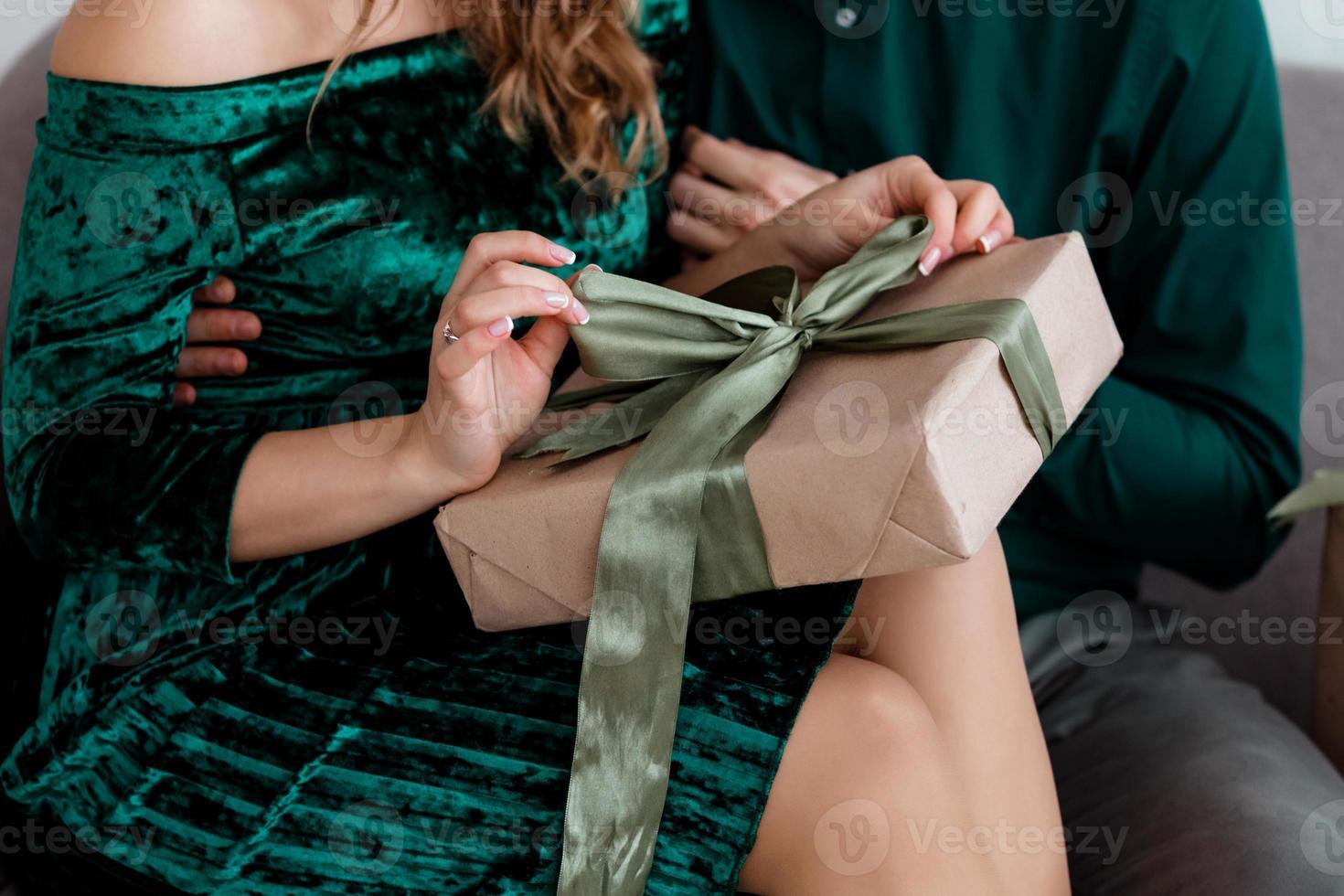 vrouw die een cadeautje opent foto
