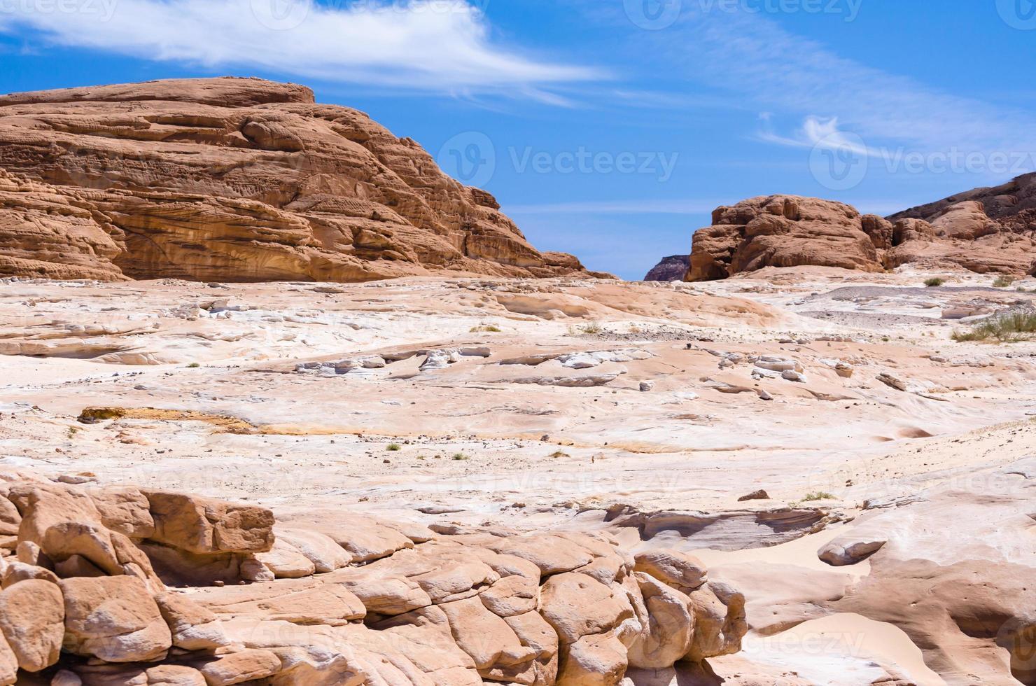 rotsen in de woestijn foto