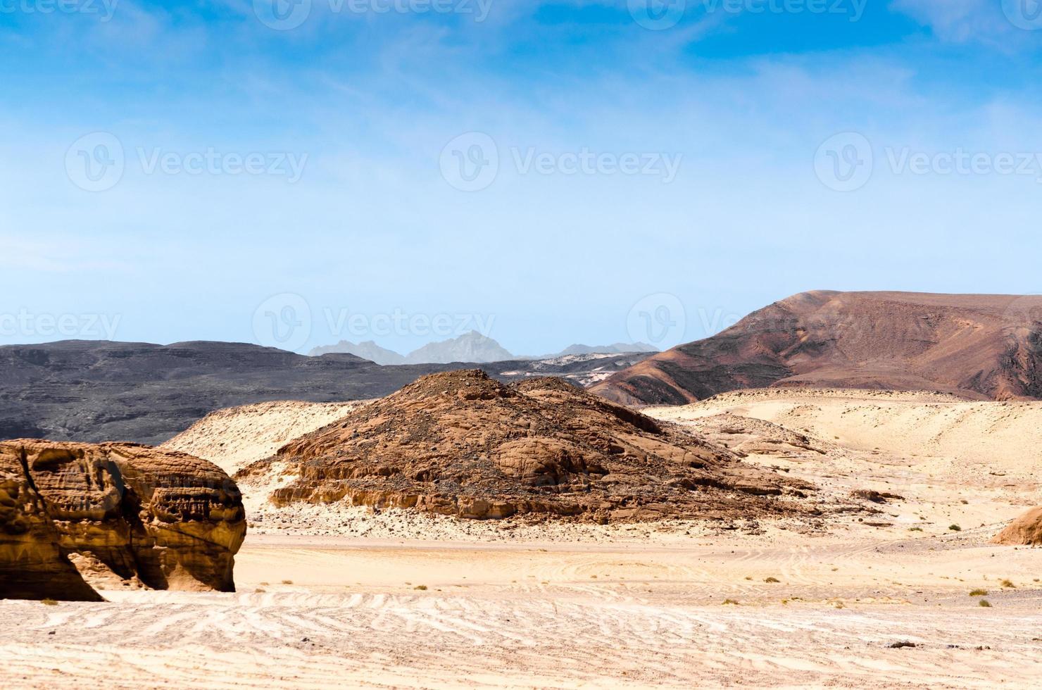 bruine rotsachtige bergen foto