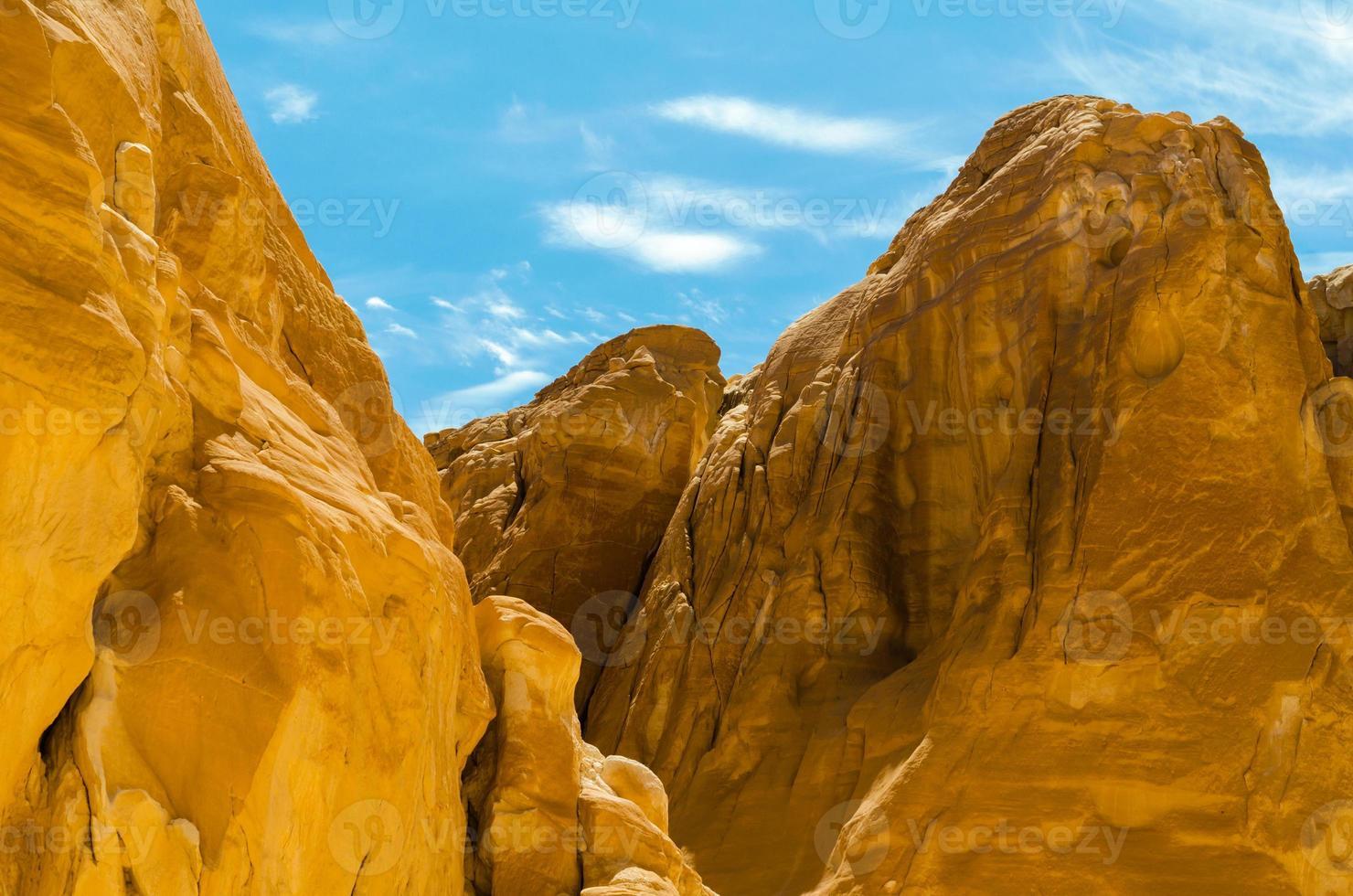rotsachtige bergen en lucht foto