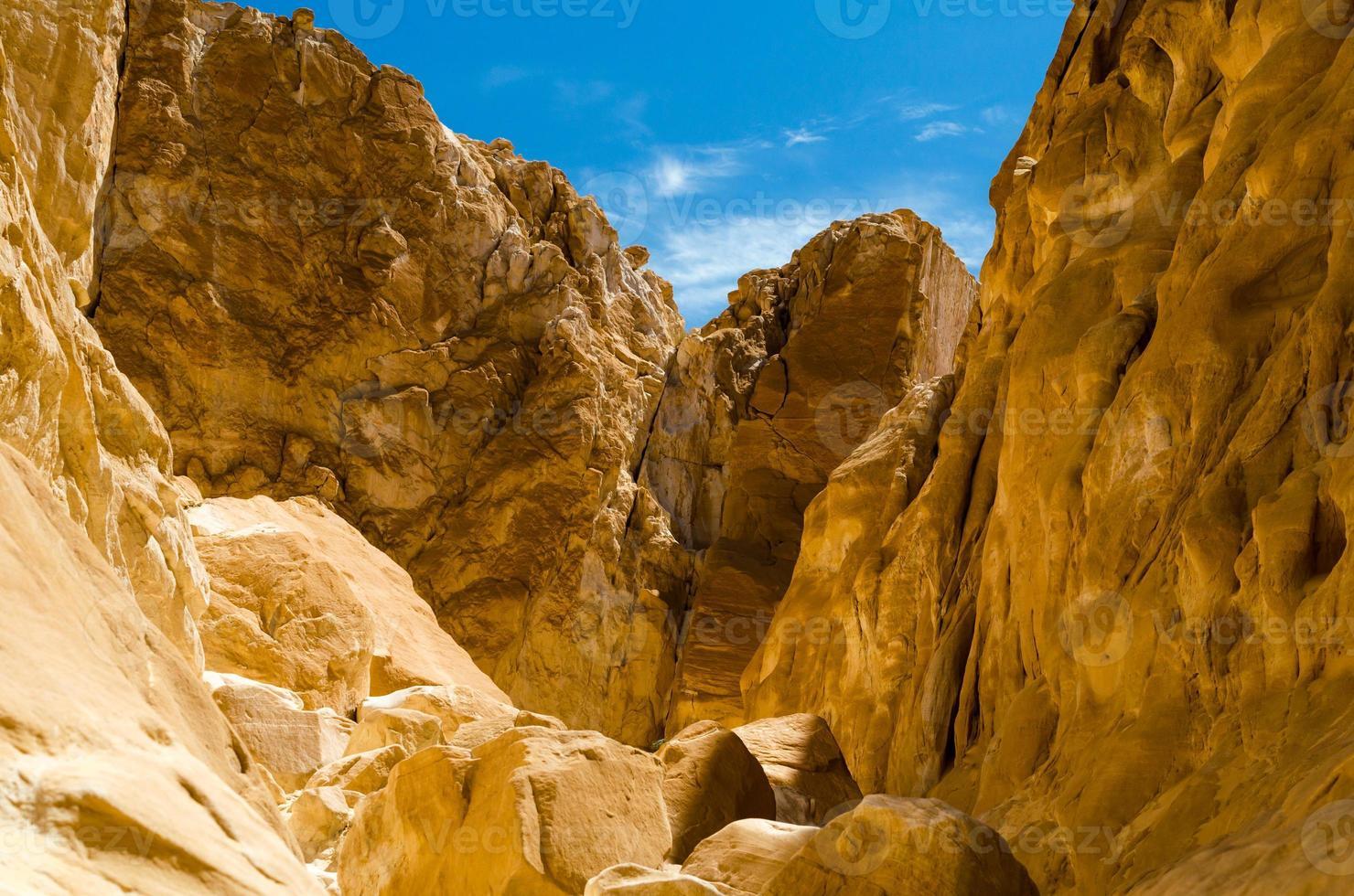 rotsachtige woestijn met blauwe lucht foto