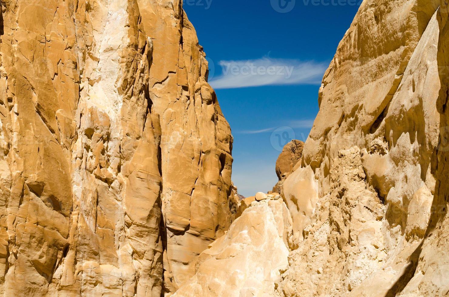 blauwe lucht tussen rotsen foto