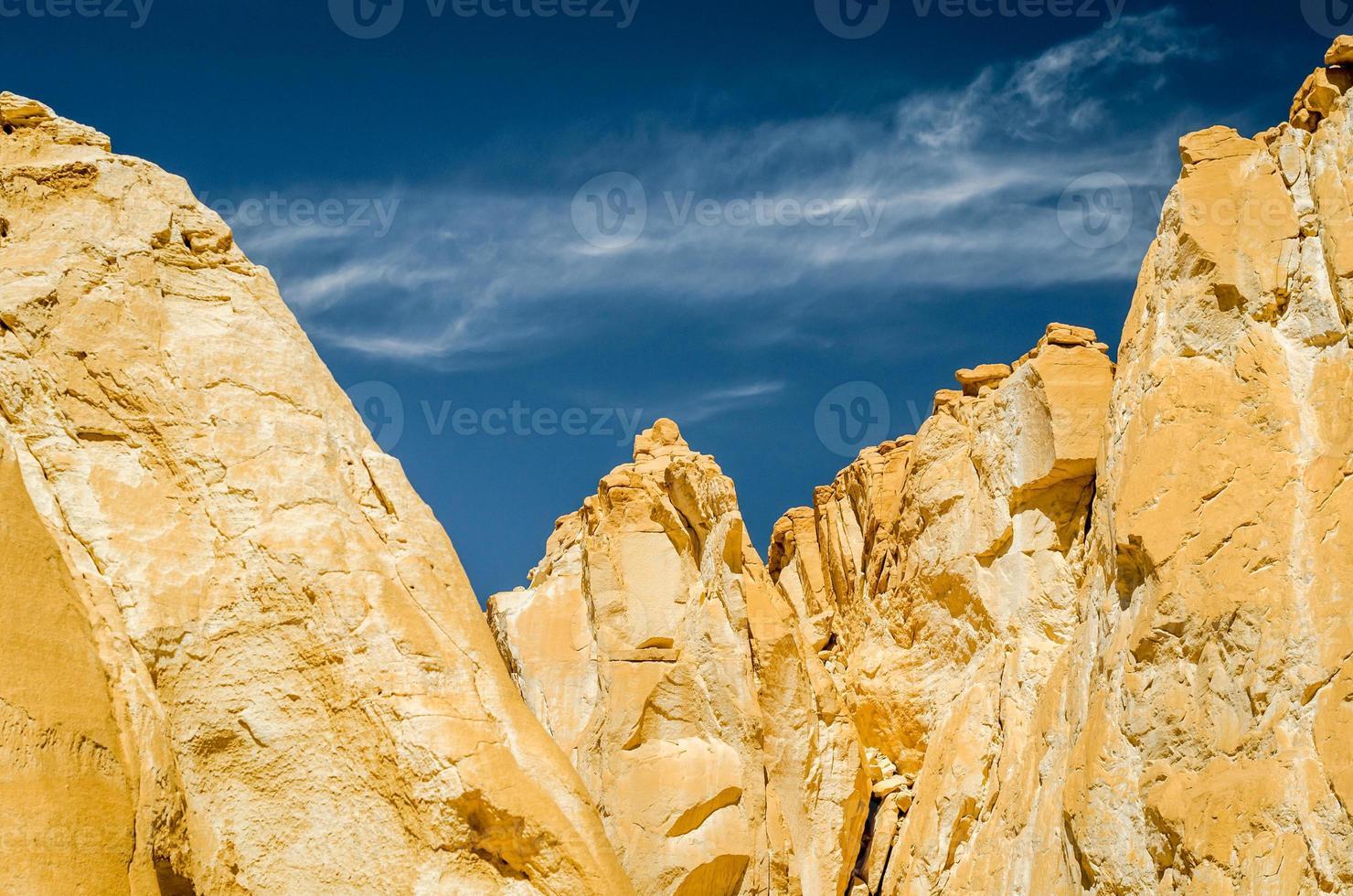 rotsformaties met blauwe lucht foto