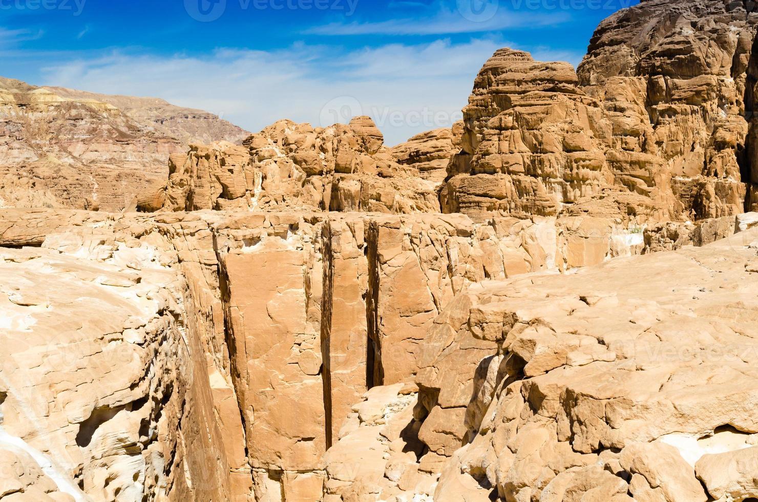 vallei in rotsachtige bergen foto