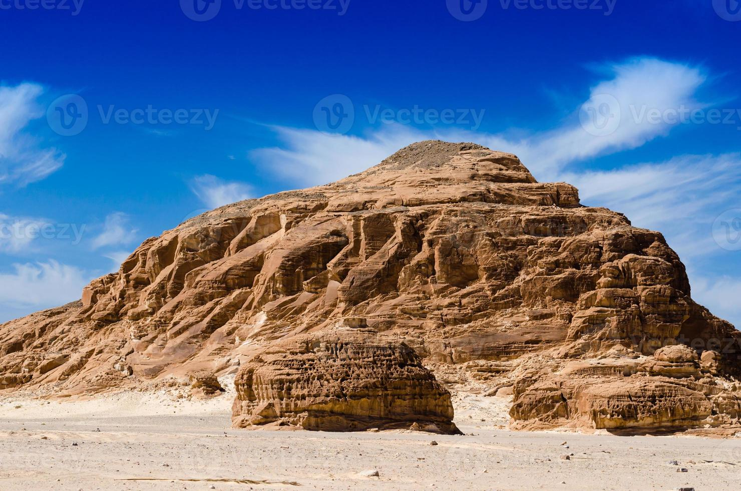 grote rotsachtige heuvel foto