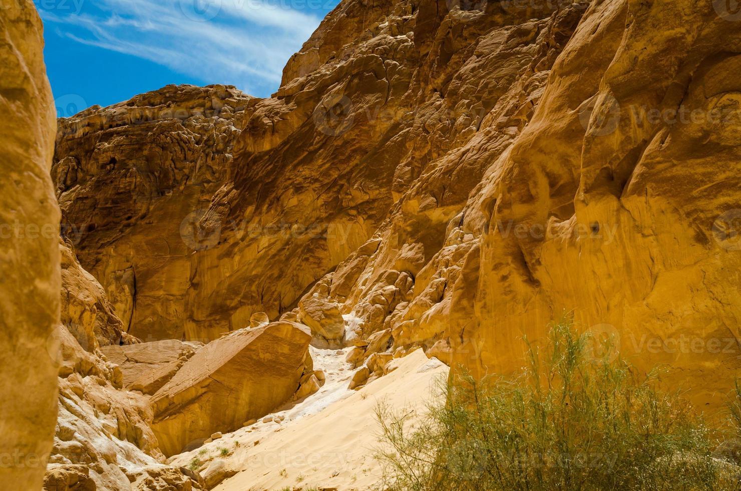 bruine rotsen in een canyon foto