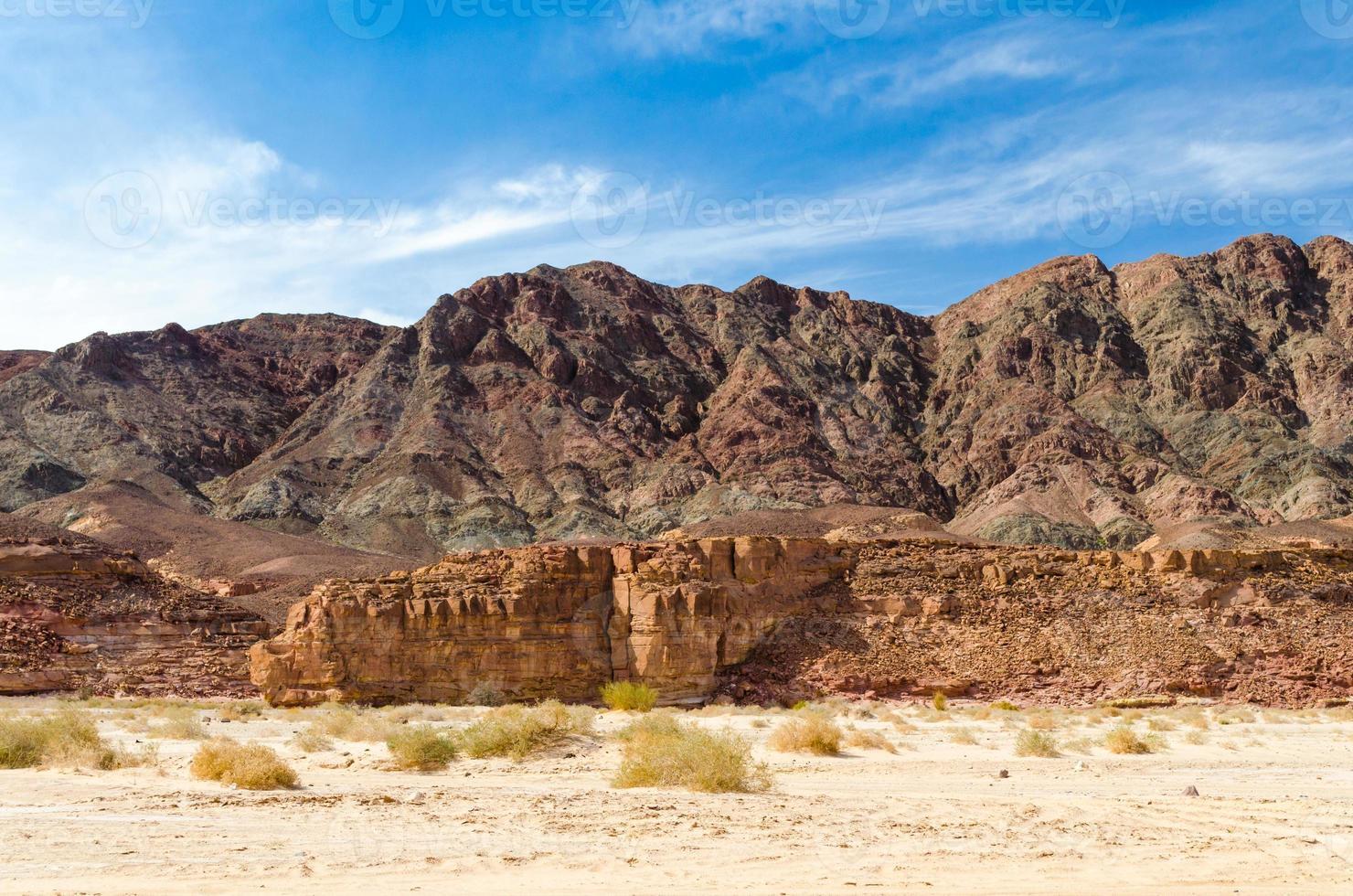 blauwe lucht boven een rotsachtige berg foto
