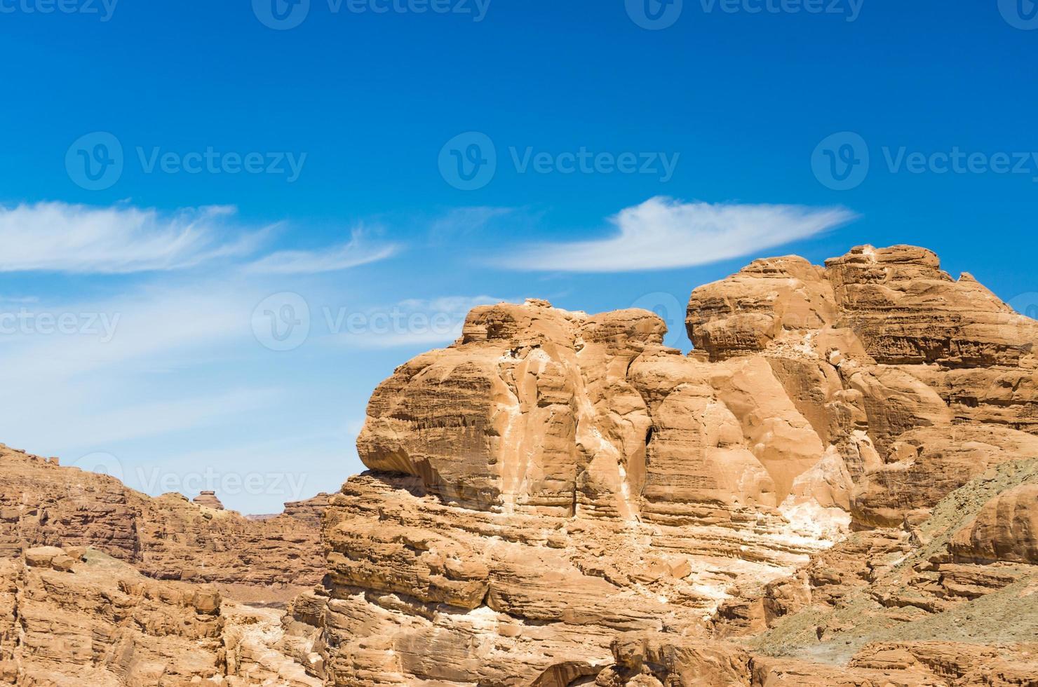 lichtbruine rotsformaties en blauwe lucht foto