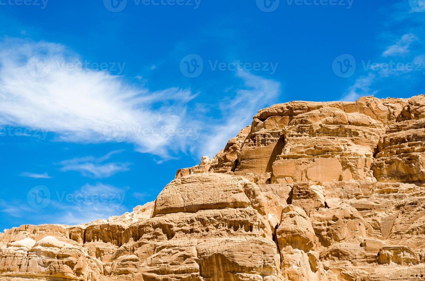 blauwe lucht boven lichtbruine rotsen foto