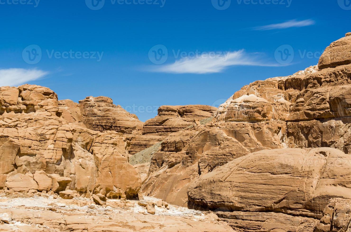 blauwe hemel over rotsachtige bergen foto