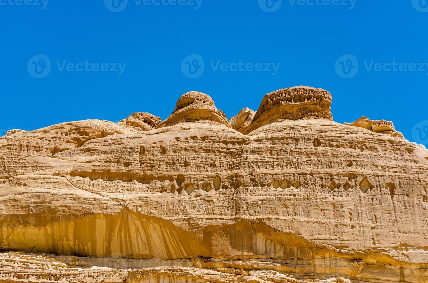 rotsplateau met een blauwe lucht foto