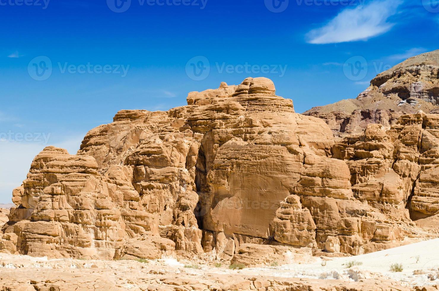 rotsachtige bergen in de woestijn foto
