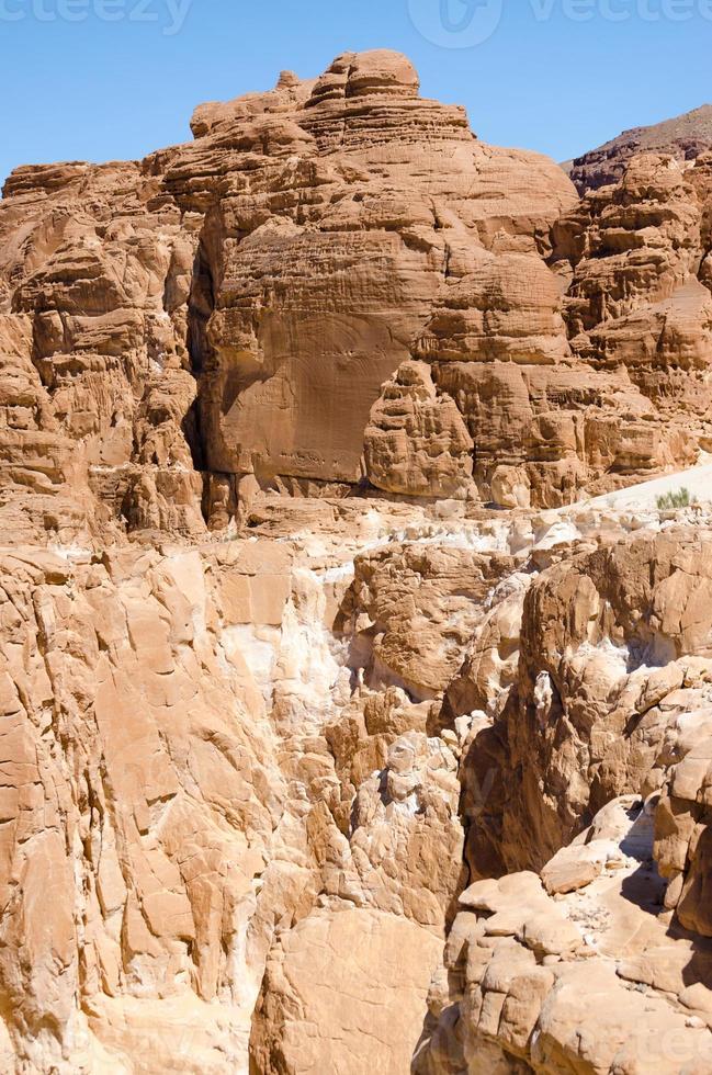 hoge rotsachtige bergen gedurende de dag foto