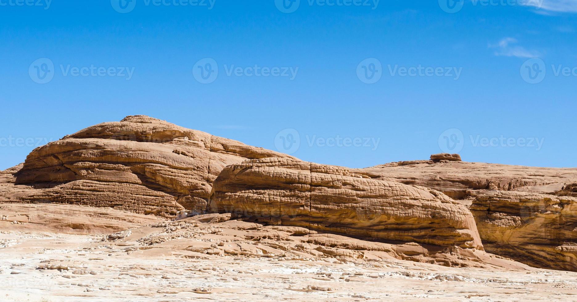 rotsachtige heuvels in de woestijn foto
