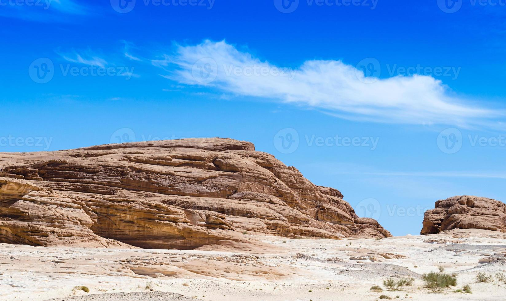 rotsachtige heuvels en blauwe lucht foto