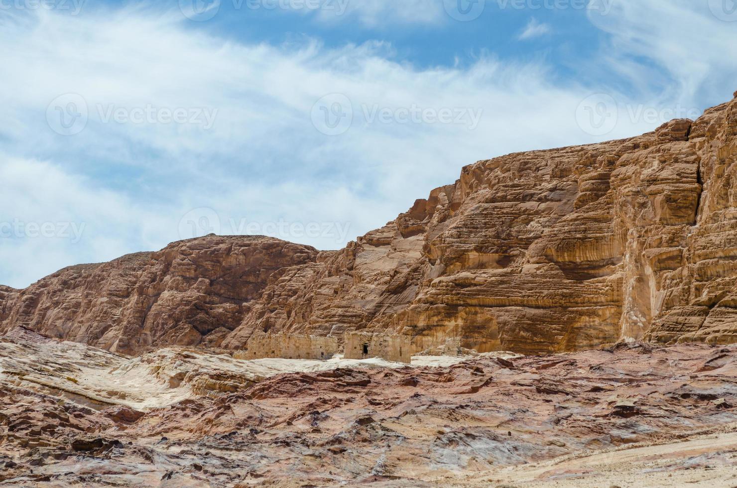 hoge rotsachtige bergen en blauwe lucht met witte wolken foto