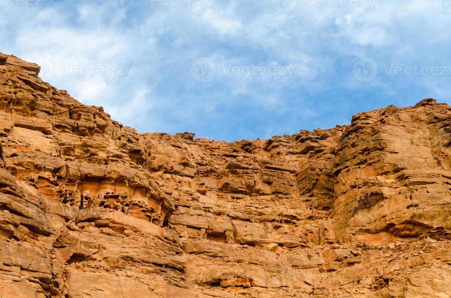 blauwe lucht boven een rotsachtige canyon foto