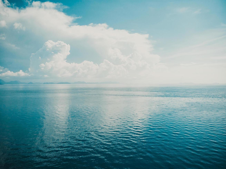 luchtfoto van prachtige zee en oceaan oppervlaktewater voor achtergrond foto
