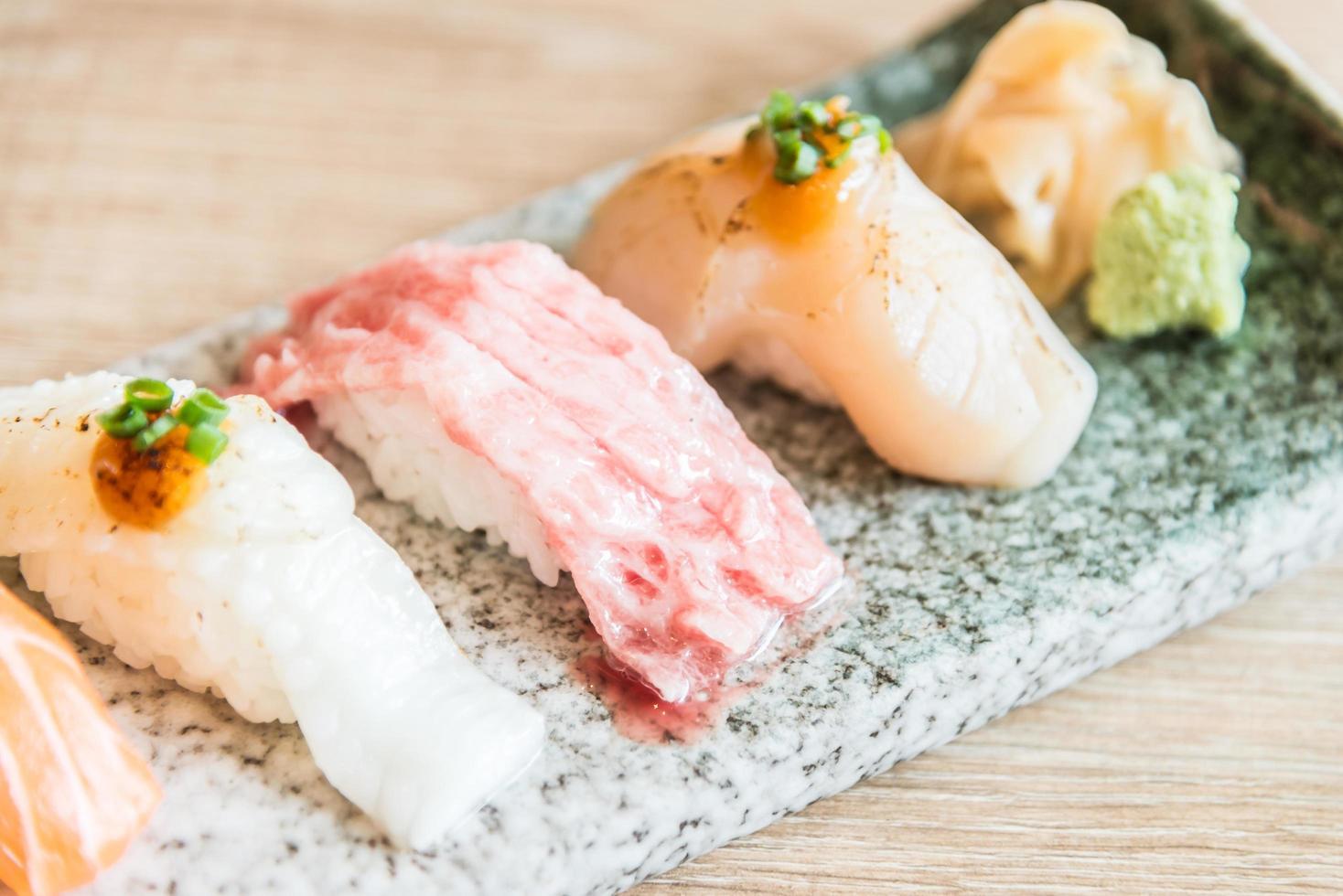 selectief focuspunt op sushi roll foto