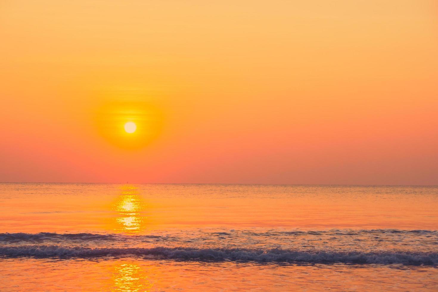 prachtige zonsopgang op het strand foto