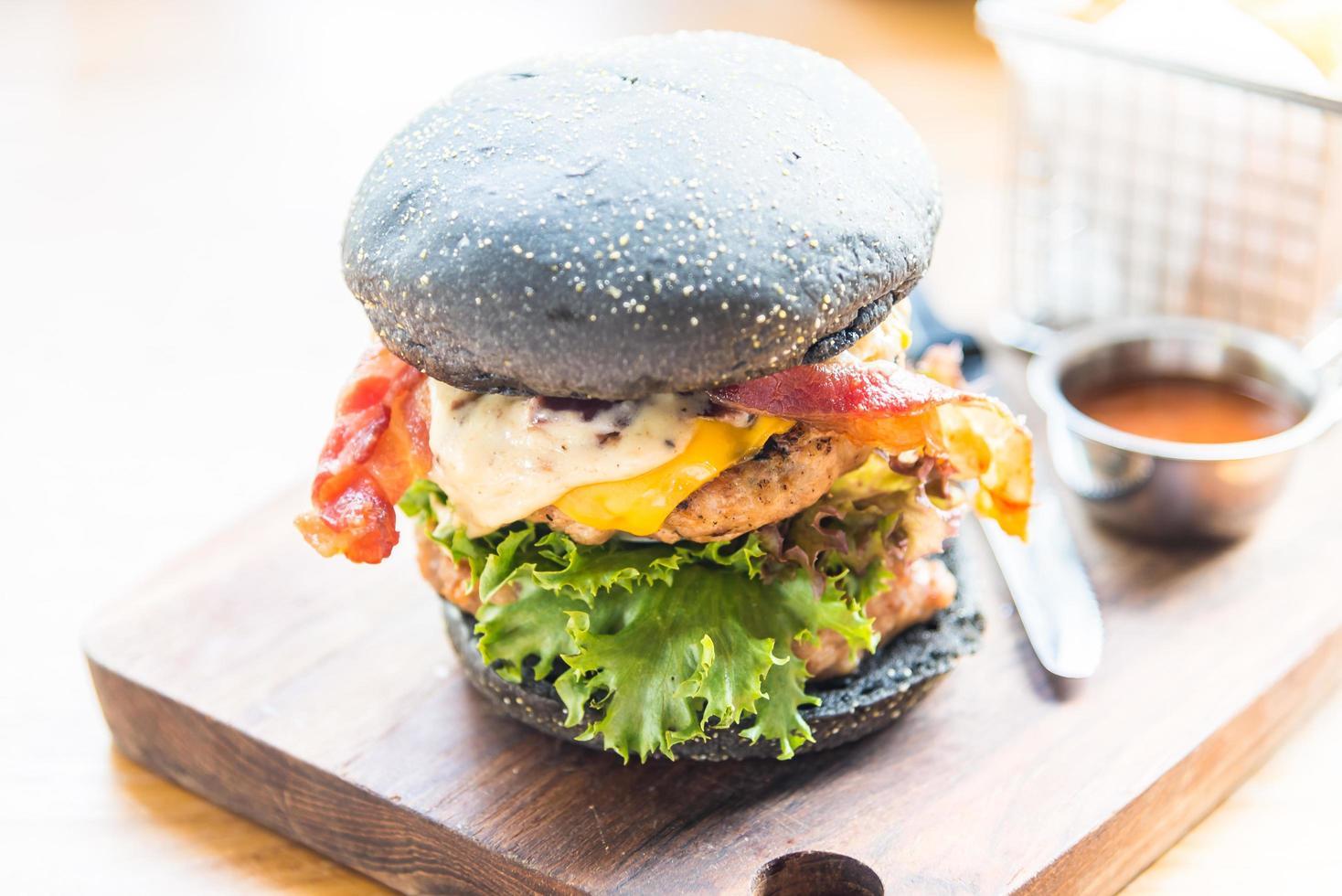 hamburger met zwart brood foto