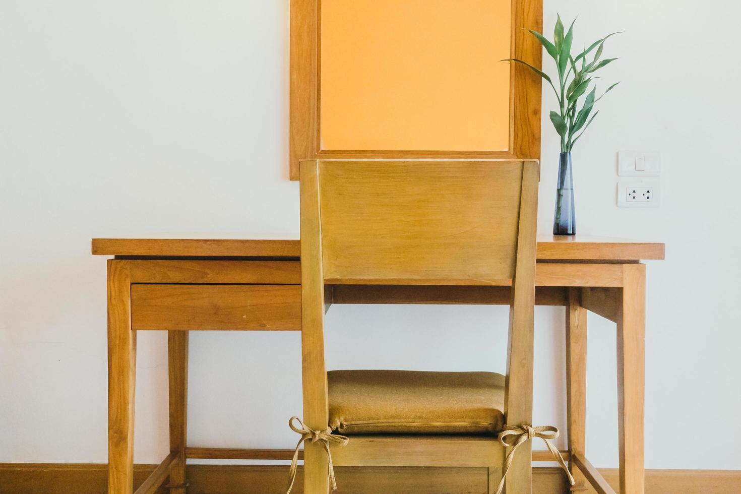 houten tafel en stoel in woonkamer foto