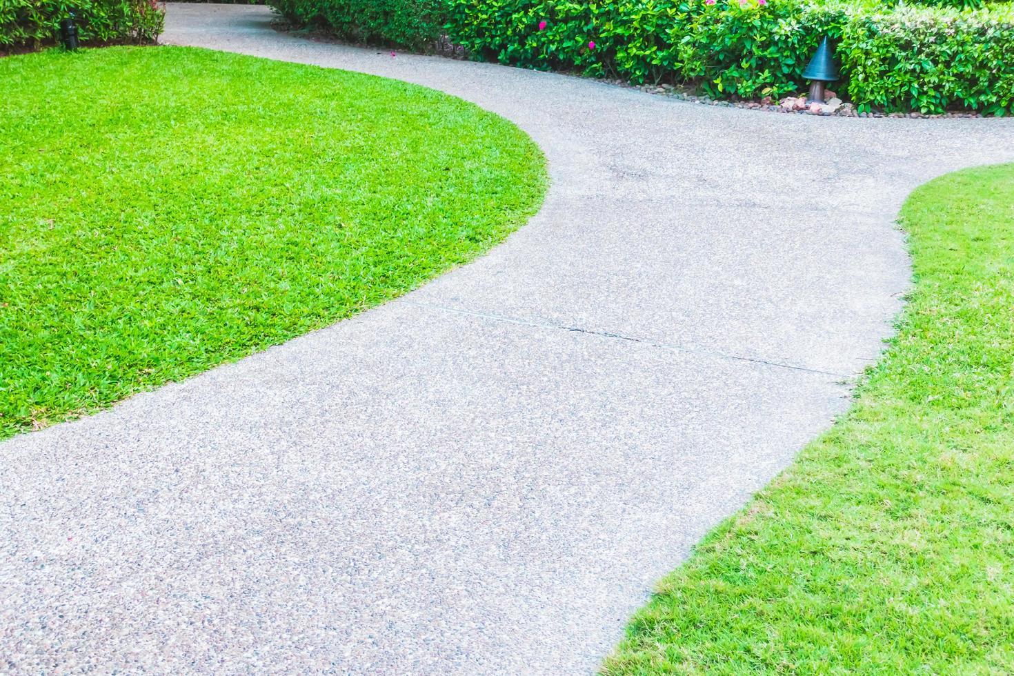stenen pad weg in de tuin foto
