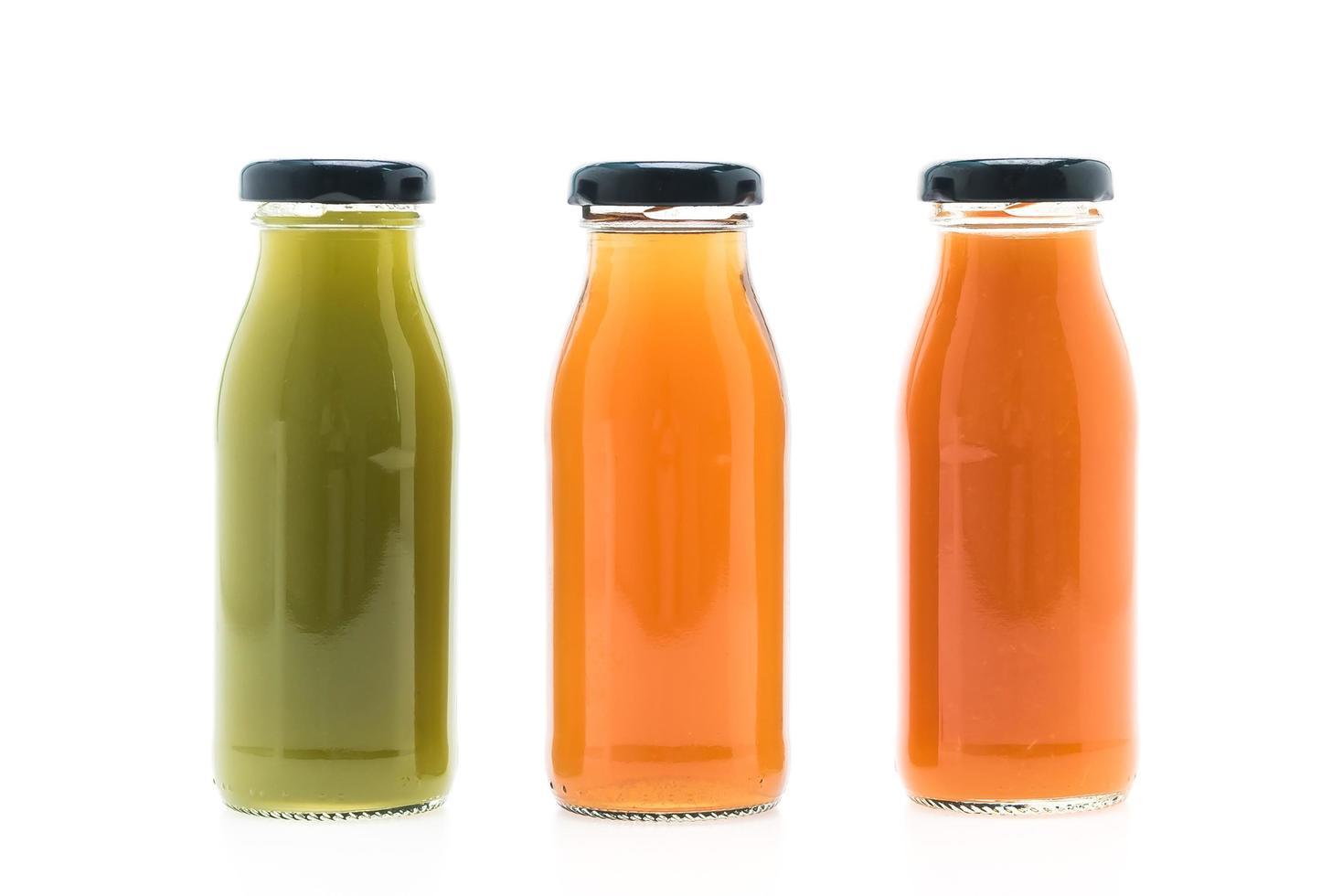 fruit- en groentesapflessen die op witte achtergrond worden geïsoleerd foto