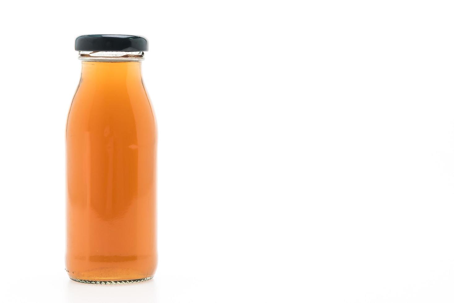 fruit en groentesap fles geïsoleerd op een witte achtergrond foto