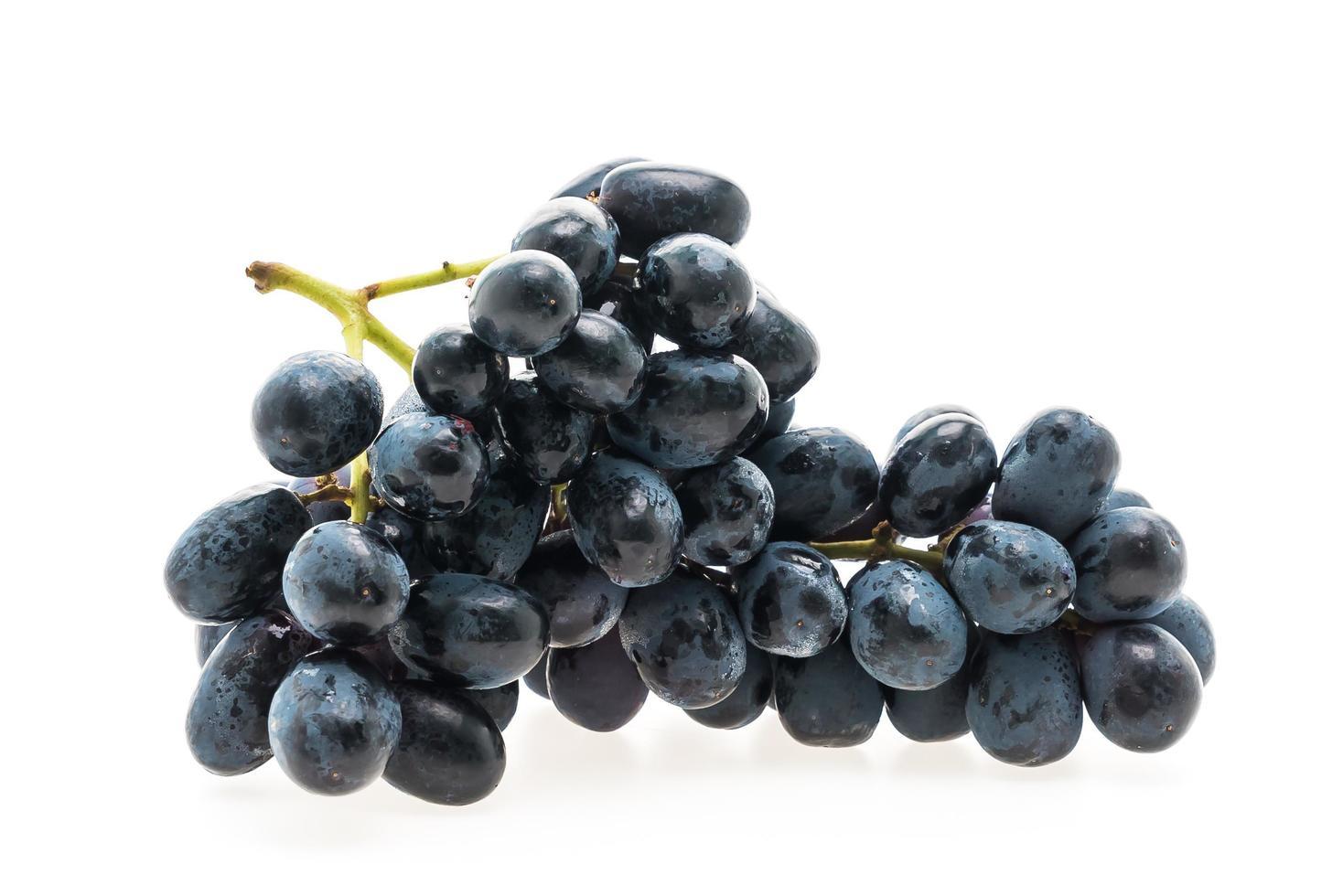 druiven fruit geïsoleerd op een witte achtergrond foto