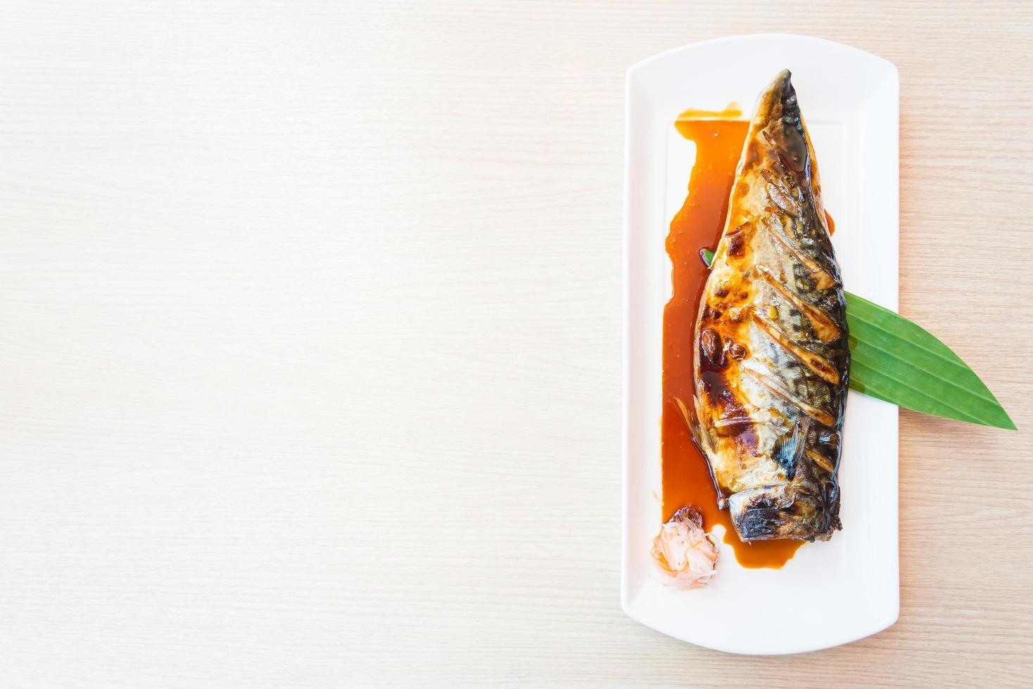 gegrilde saba-vis met zoete saus erop foto