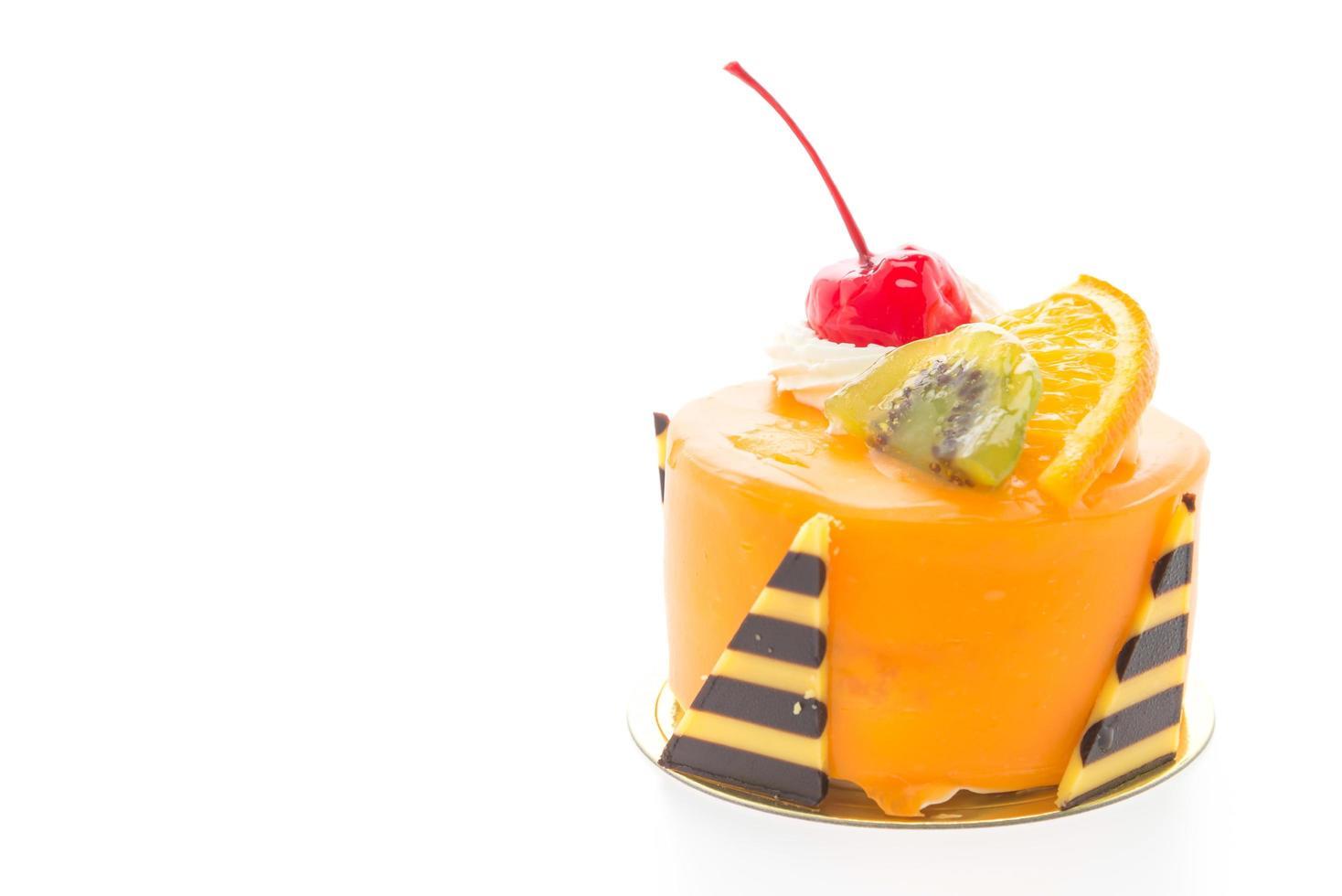 oranje fruitcake geïsoleerd op een witte achtergrond foto