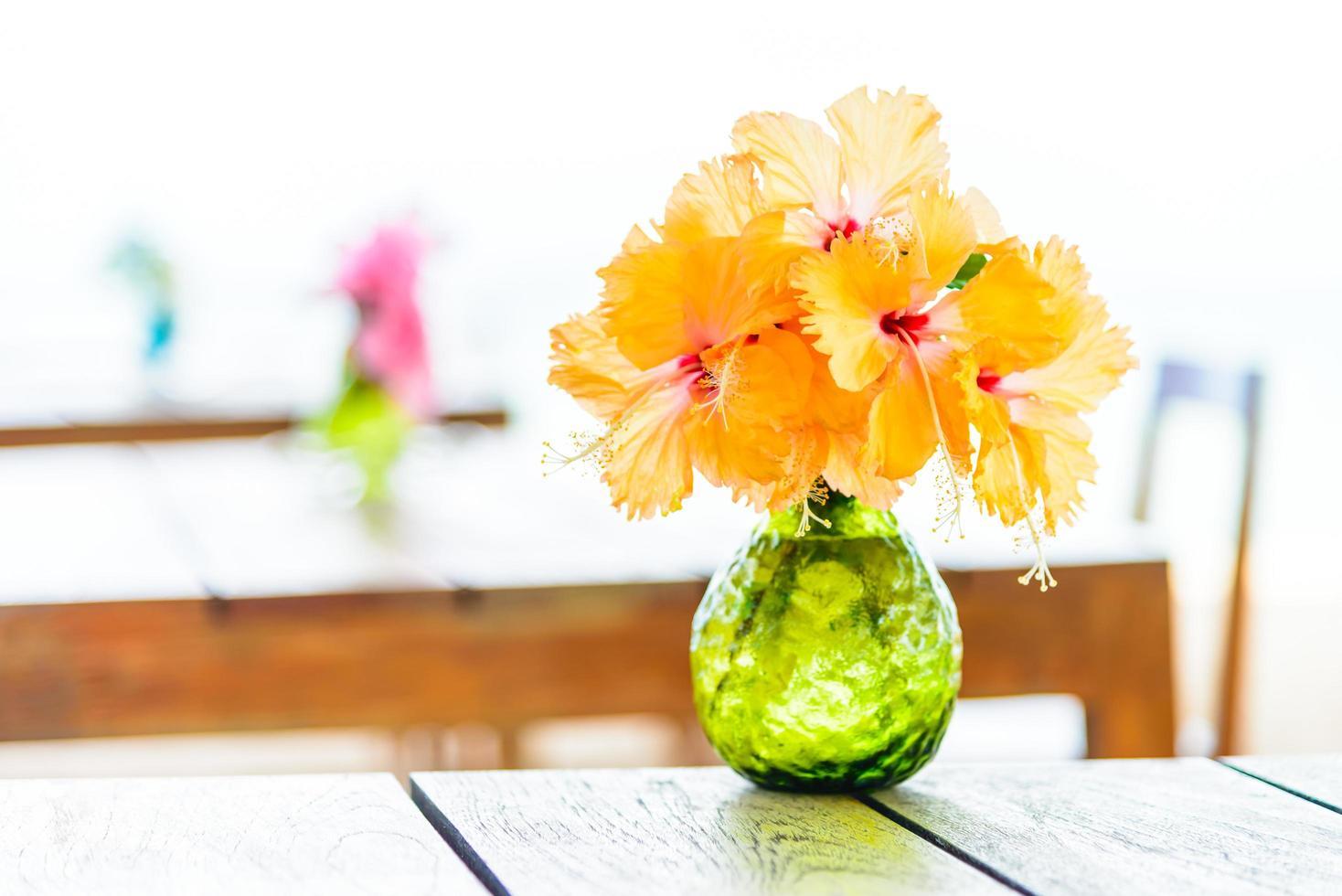 vaas op houten tafel foto