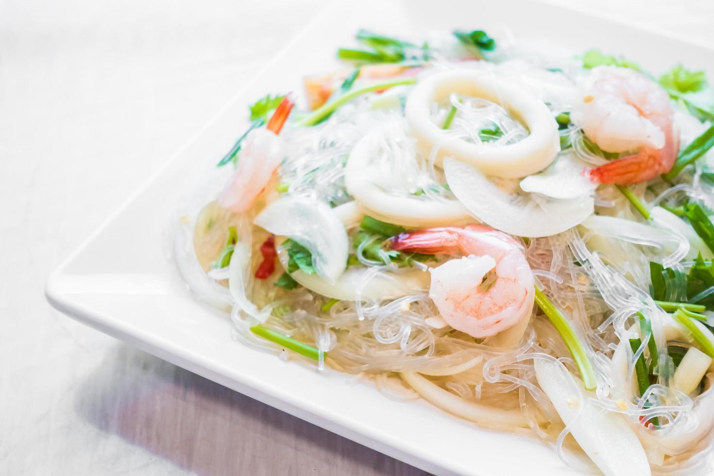 pikante salade met zeevruchten foto