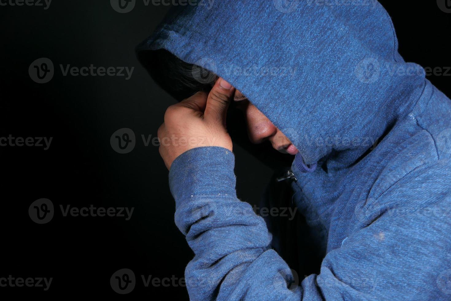 man met hoofdpijn op zwarte achtergrond foto