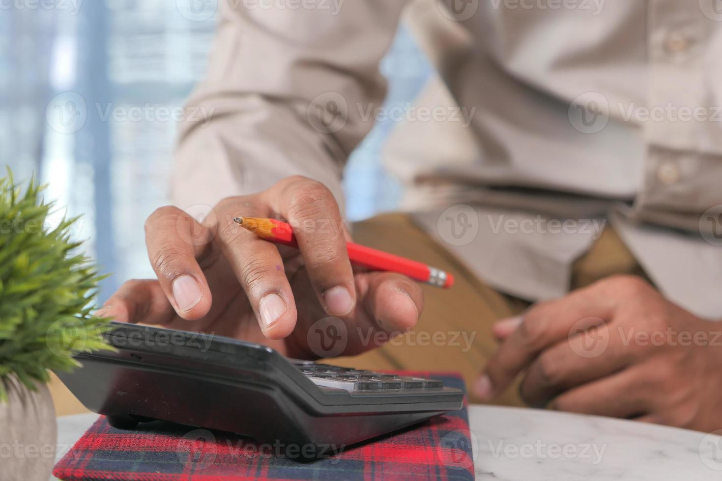 accountant met behulp van rekenmachine op kantoor foto