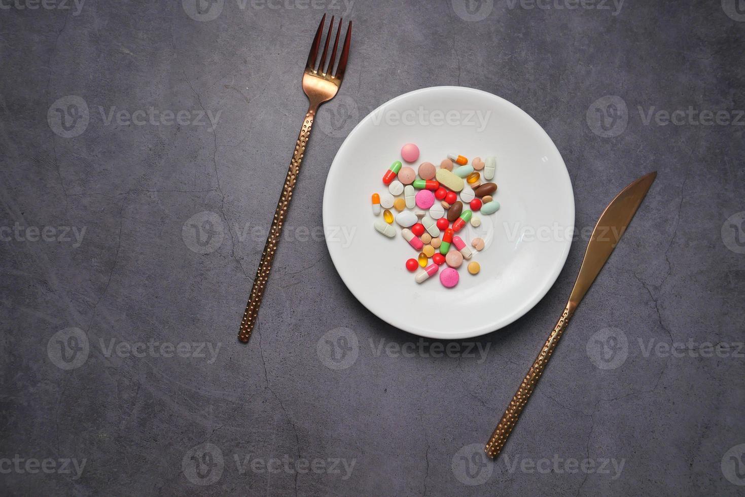kleurrijke pillen op plaat foto