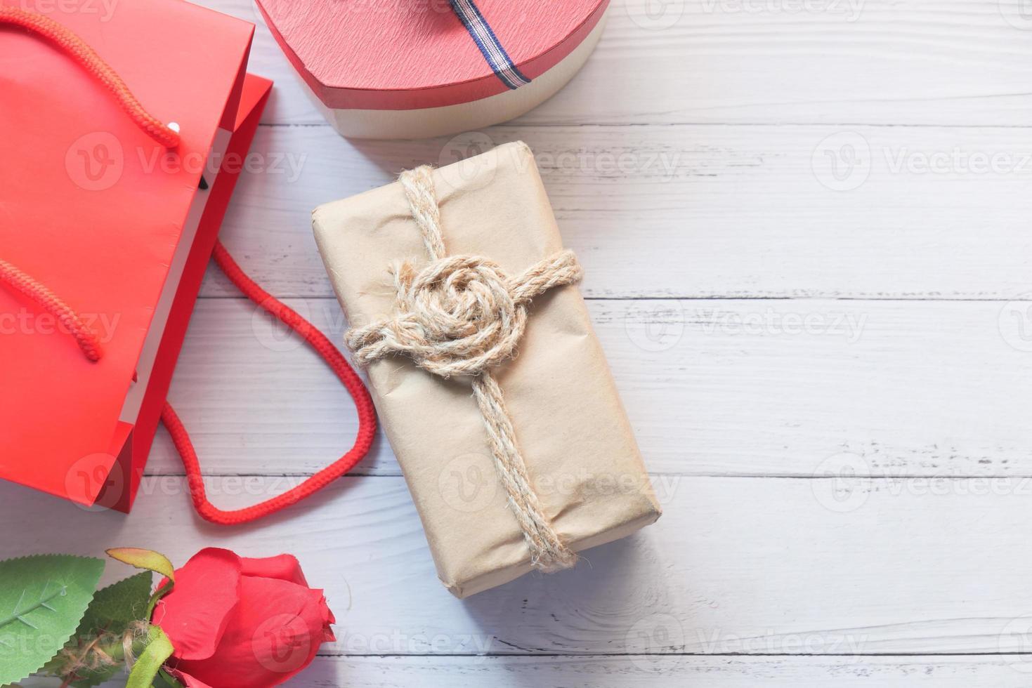 bovenaanzicht van geschenkdoos op witte achtergrond foto
