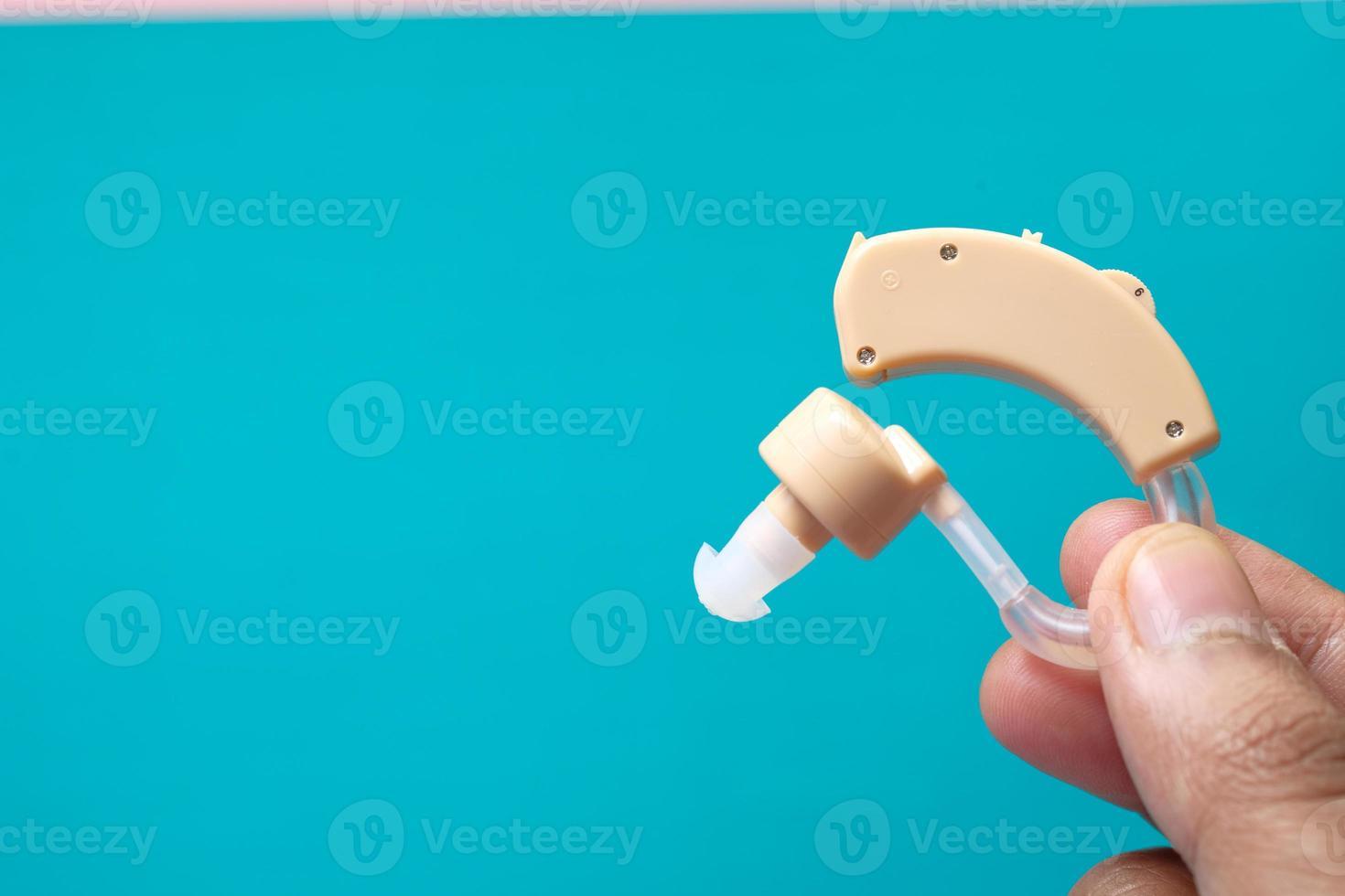 gehoorapparaat op blauwe achtergrond foto