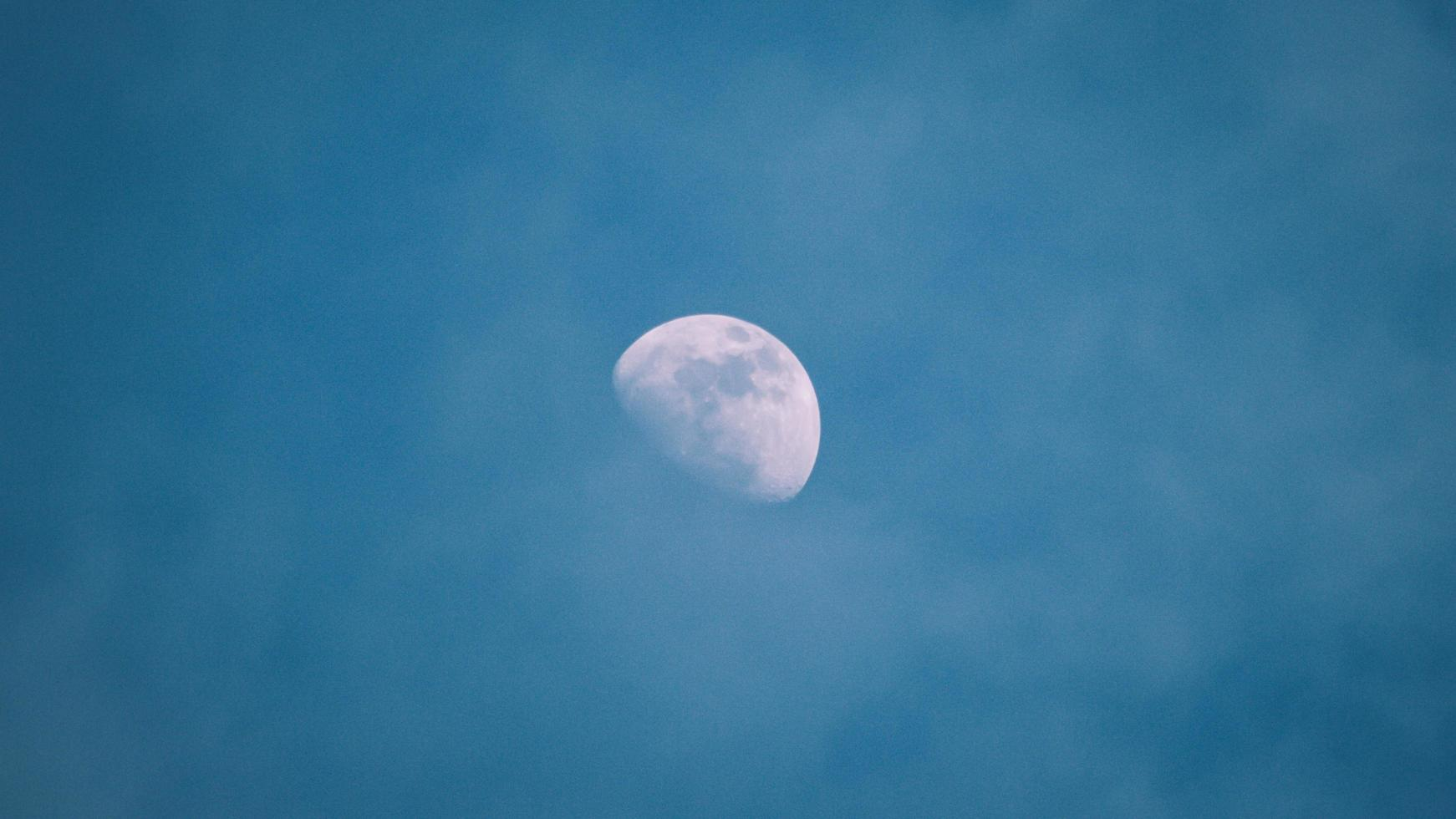 blauwe maan aan de hemel foto