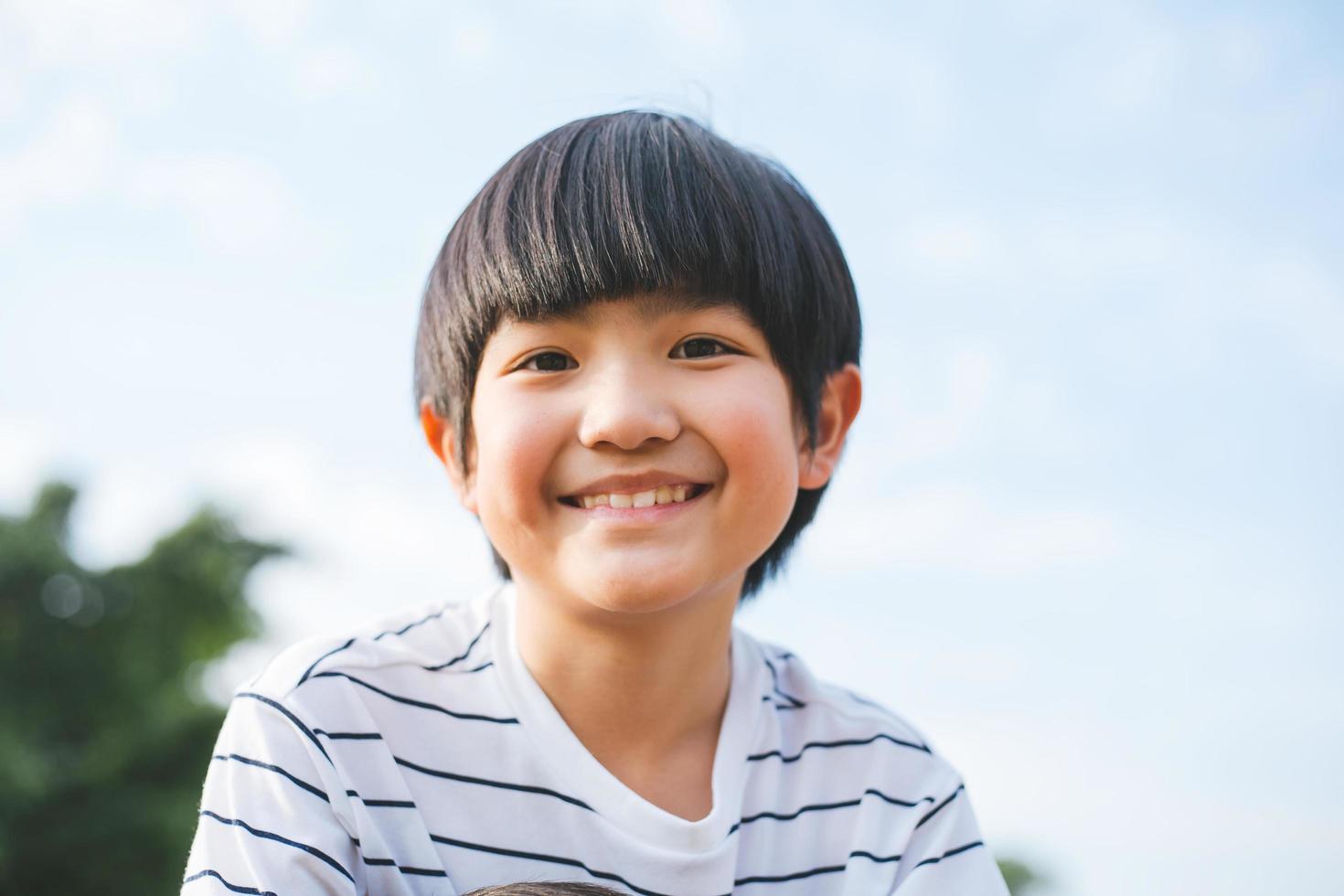 jonge gelukkige jongen foto